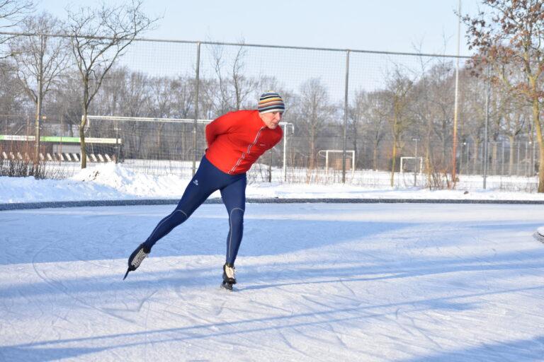 In beeld: coronaproof schaatsplezier bij de Wierdense IJsclub