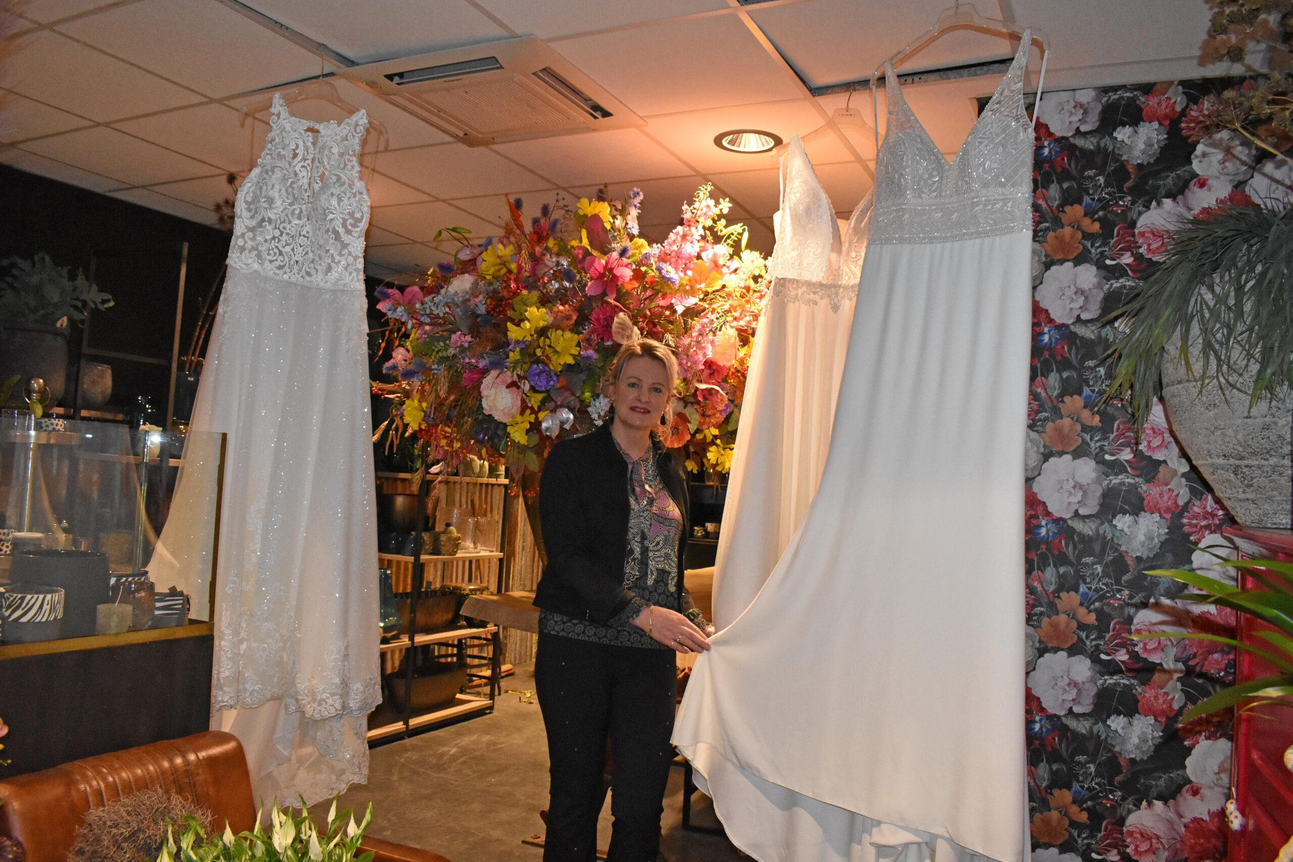 Brenda Hoppen van bruidsboutique Josephine by Brenda bij bloemengalerie Nijzink, die ook een bijdrage levert aan het online prijzenfestival.